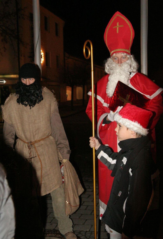 Nikolaus stattet Glühweinstand Besuch ab